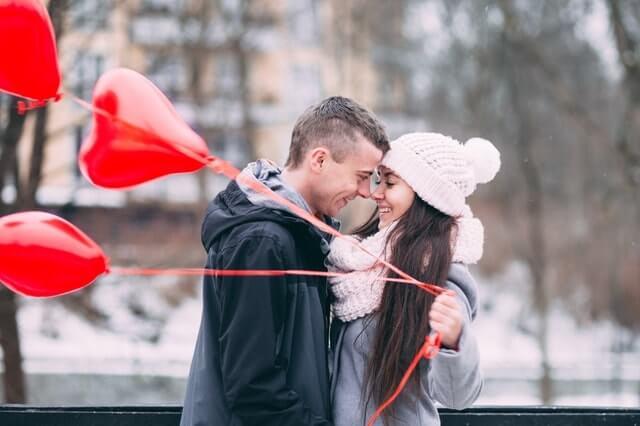 Sie macht ihm romantische Überraschungen