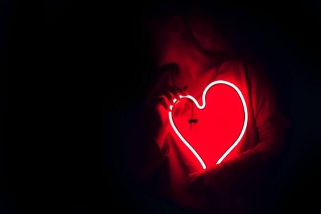 Sie schenkt ihr Herz als Liebesbeweis