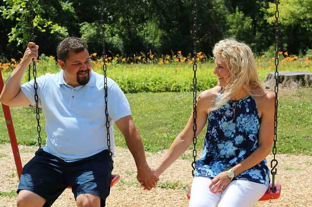 Mann und Frau auf Schaukel beim Date