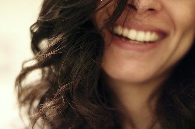 Selbstbewusste Menschen lächeln mehr