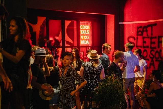 Club oder Bar als Treffpunkt für spontanen Sex