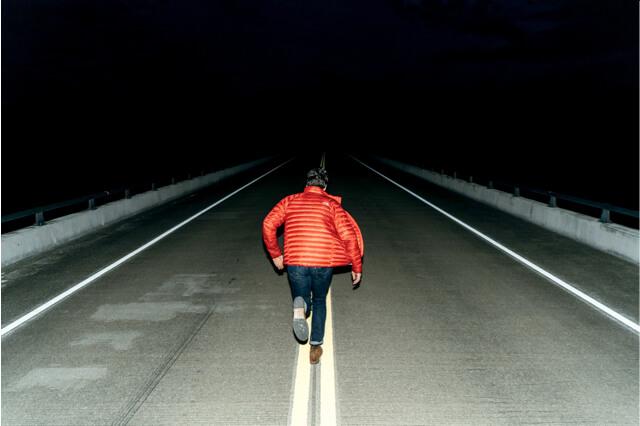 Mann rennt vor Beziehung weg
