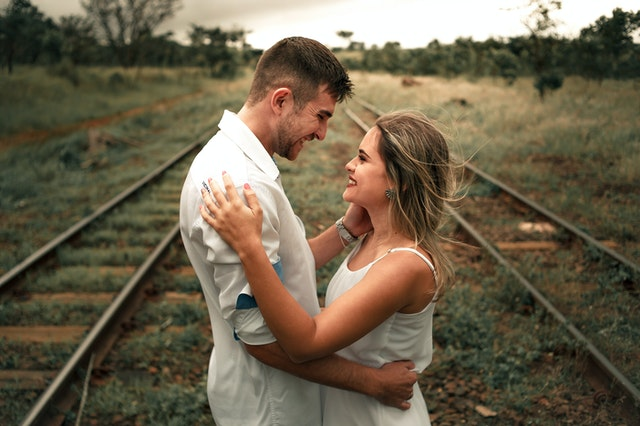 Mann schaut sie verliebt an